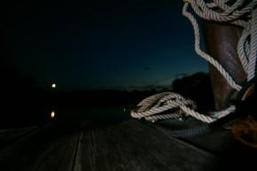 Nachts auf dem Floß
