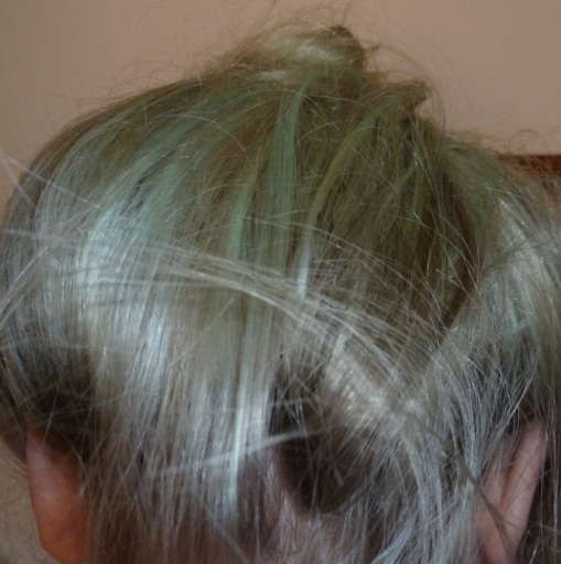 Chlorwasser verfärbt blondiertes Haar